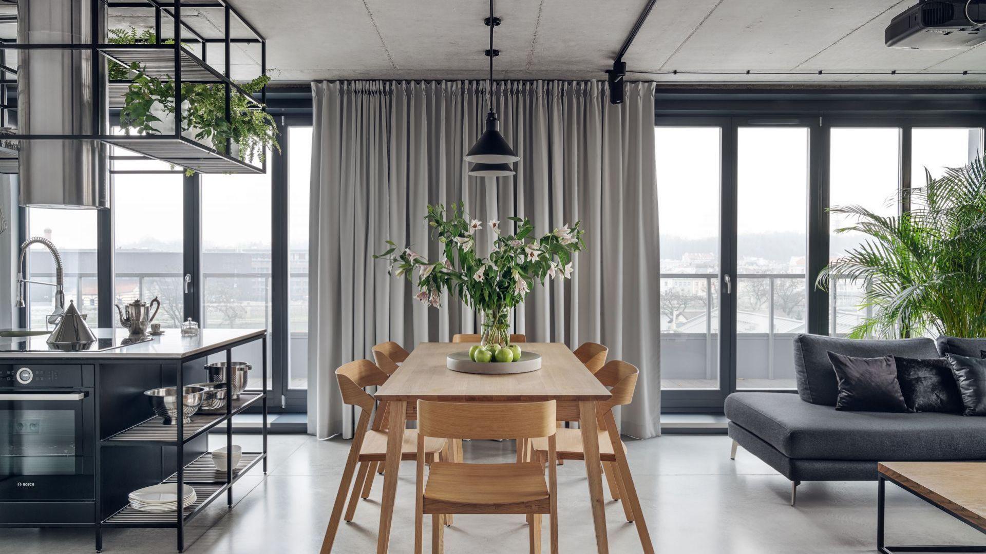 Czarne lampy podkreślają surową industrialną aranżację tego wnętrza. Projekt wnętrza: BLACKHAUS Karol Ciepliński Architekt. Zdjęcia: Tom Kurek