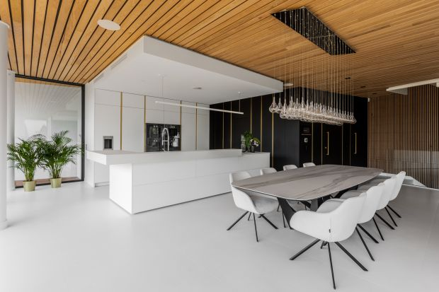 Wnętrze tego domu na Śląsku urządzono wygodnie, nowocześnie i ekskluzywnie. Aranżacja jest spójna i oszczędna w wyrazie, a dzięki zastosowaniu drewnobardzo przytulna.