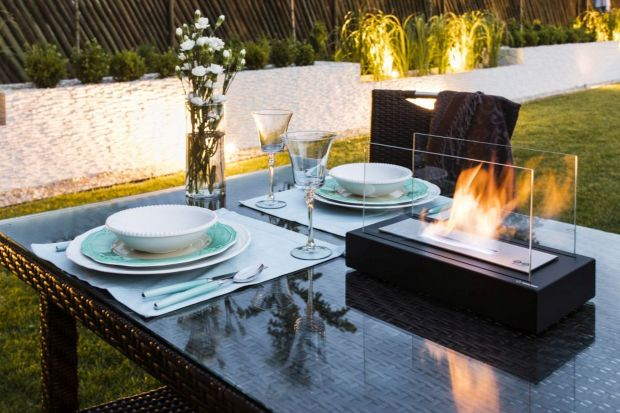 Taras lub balkon mogą pełnić rolę dodatkowego pomieszczenia, gdzie bezpiecznie spędzamy czas na świeżym powietrzu. Klimat miejsca, zwłaszcza wieczorem, zbuduje biokominek.
