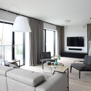 Duże przeszklenia sprawdza się także w miejskich apartamentach. Projekt Magdalena Lehmann. Fot. Bartosz Jarosz