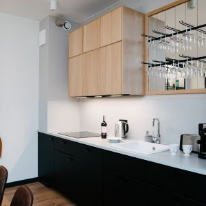 Aneks kuchenny jest niewielki, ale bardzo wygodny. Meble w dwóch kontrastujących kolorach wybrano z oferty IKEA. Projekt: Barbara Bulska, Piotr Czajkowski, pracownia PLAN A. Fot. Adam Biermat