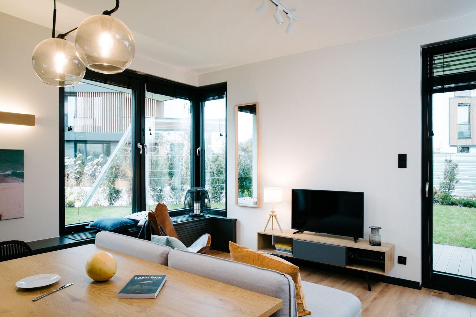 Duże okna w przestrzeni dziennej sprawiają, że wnętrze jest jasne. Projekt: Barbara Bulska, Piotr Czajkowski, pracownia PLAN A. Fot. Adam Biernat