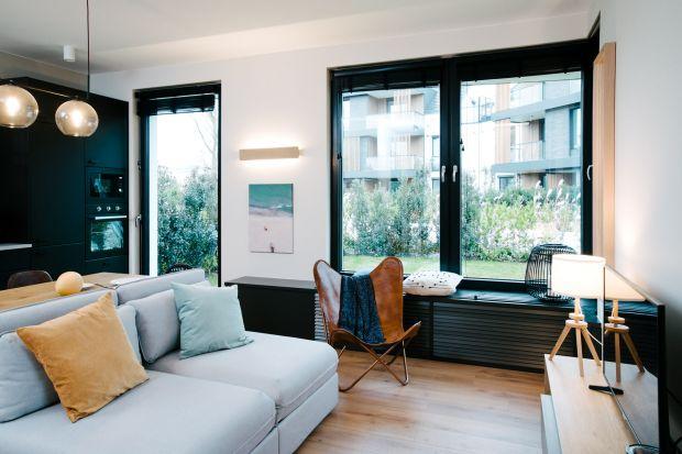 W tym mieszkaniu na powierzchni około 53 metrów kwadratowych znajduje sięsalon z aneksem kuchennym, sypialnia, łazienka oraz korytarz. Wnętrze jest nowoczesne i bardzo wygodne.