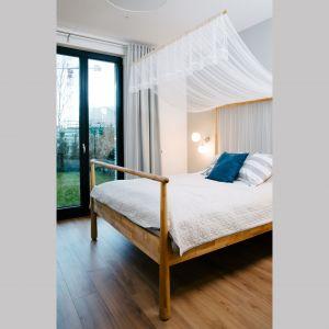 Meble do sypialni (łóżko, stoliki nocne, biurko, szafa) wybrano z oferty IKEA. Projekt: Barbara Bulska, Piotr Czajkowski, pracownia PLAN A. Fot. Adam Biermat