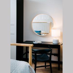 Ważnym elementem w sypialni, podobnie jak w całym wnętrzu, jest oświetlenie. Projekt: Barbara Bulska, Piotr Czajkowski, pracownia PLAN A. Fot. Adam Biermat