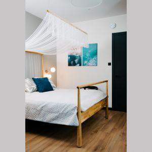 Sypialnia urządzona jest w spokojnej, jasnej kolorystyce, dzięki czemu zapewnia komfortowy sen i odpoczynek. Projekt: Barbara Bulska, Piotr Czajkowski, pracownia PLAN A. Fot. Adam Biermat