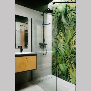 W strefie prysznica jedna ściana został pięknie udekorowana fototapetą, które stanowi mocny element wnętrza. Projekt: Barbara Bulska, Piotr Czajkowski, pracownia PLAN A. Fot. Adam Biermat