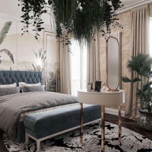 Łóżko z tapicerowanym zagłówkiem, świetna tapeta, naturalne rośliny - to przepis na modną aranżację. Mat. pras. Anna Koszela