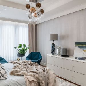 W sypialni, geometryczne akcenty w stylu art déco znalazły towarzystwo w miękkich tkaninach, które niemal dosłownie otulają całe pomieszczenie. Projekt Joanna Safranow. Foto. Fotomohito
