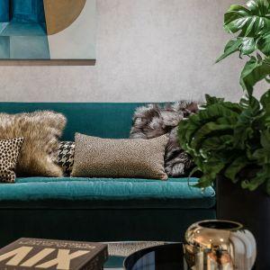 Odważna kolorystyka usadowiła się tu na miękkich, welurowych obiciach sofy, oryginalnych foteli czy krzeseł. Projekt Joanna Safranow. Foto. Fotomohito
