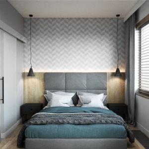 W sypialni za łóżkiem zamontowano tapicerowany zagłówek (podobny można kupić za ok. 1000 zł). tapeta w jodełkę pięknie nawiązuje do geometrycznych wzorów w części dziennej (podobna np. Symmetry Graham&Brown ok. 90 zł/rolka). Projekt Justyna Krupka, studio projektowe Przestrzenie