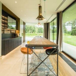 Kuchnia zapewnia wszystkie funkcjonalności niezbędne w każdym domu. Green Line House od Mobius Architekci Przemek Olczyk. Fot. Paweł Ulatowski