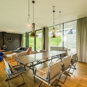 Strefa wypoczynku przenika się z jadalnią i otwartą kuchnią. Green Line House od Mobius Architekci Przemek Olczyk. Fot. Paweł Ulatowski