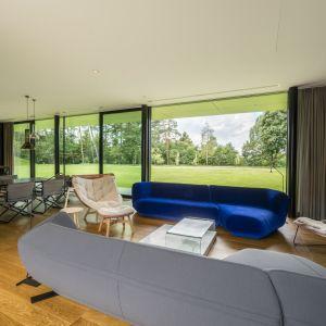 Kluczowym założeniem projektu, będącym zarazem cechą filozofii kształtowania przestrzeni studia Mobius Architekci jest możliwość odbioru architektury również z wnętrza domu. Green Line House od Mobius Architekci Przemek Olczyk. Fot. Paweł Ulatowski