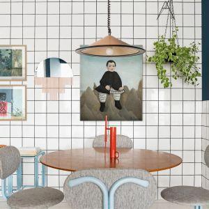 W jadalni uwagę zwracają piękne plakaty. Prosty stół zestawiono z tapicerowanymi krzesłami w stylu retro. Dom FM, projekt: Mombá Architektura (Argentyna). Zdjęcia: Felipe Lopez