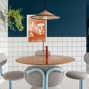 Lampa nad stołem podkreśla stylistykę vintage, w jakiej zaprojektowano to wnętrze. Dom FM, projekt: Mombá Architektura (Argentyna). Zdjęcia: Felipe Lopez
