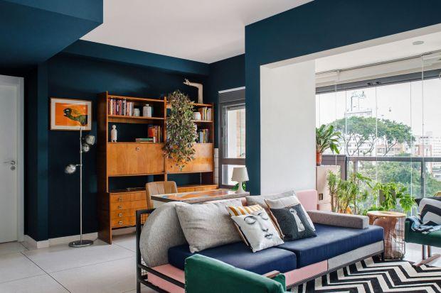 Projekt 72-metrowego mieszkania to efektfascynacji latami 80. i 90., z ich kolorami, wzorami i modą. Architekci z Sao Paulo,Bruna Louise i Arthur Mansur stworzyli wnętrze,w którym aż chce się zamieszkać!