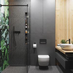 W łazience najciekawszym i zarazem dominującym elementem jest ściana prysznicowa z motywem lasu deszczowego. Projekt: Marta Kilan, Anna Kapinos, Tomasz Słomka, Pracownia TOKA + HOME. Fot. Radosław Sobik