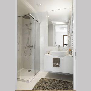 Niewielka łazienka urządzona jest w jasnych kolorach, dzięki czemu optycznie wydaje się większa. Projekt: Anna Nowak-Paziewska, MAFgroup. Realizacja: MRenovations. Fot. Emi Karpowicz
