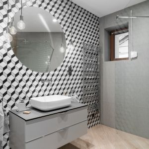 Przestrzenne wzory dodają dynamiki aranżacji łazienki. Obecne są tu w postaci strukturalnych płytek ceramicznych. Projekt: Estera i Robert Sosnowscy. Fot. FotoMohito