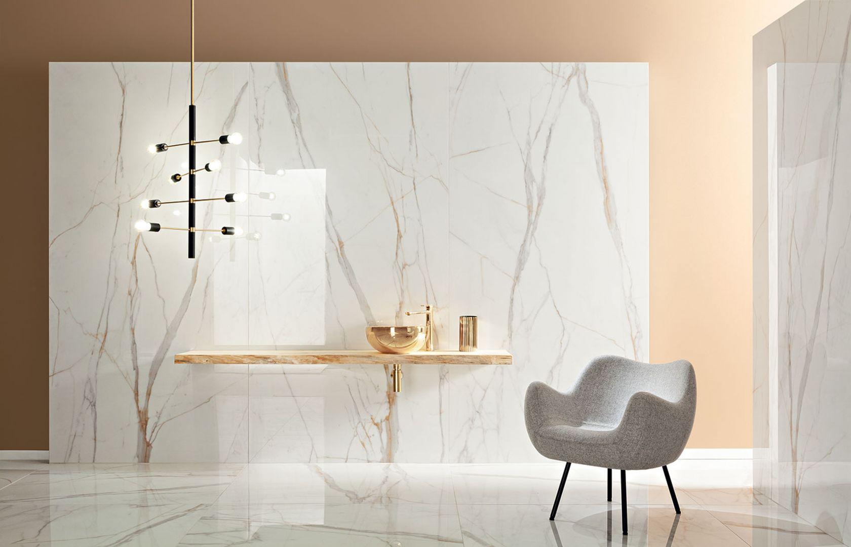 Płytki z kolekcji Marmo D'Oro wiernie oddają strukturę białego marmuru, przywodząc jednocześnie na myśl technikę kintsugi (zwaną też kintsukuroi). Fot. Tubądzin. CENA: 120x240 MAT – 299,87 zł/m2, 120x240 POL – 349,94 zł/m2