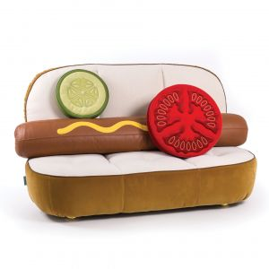 Sofa Hot Dog i fotel Burger. Projekt: Studio Job. Producent: Seletti. Cena sofy: ok. 22 tys. zł bez poduszek, ok. 28 tys. zł z poduszkami. Cena fotela: ok. 15 tys. zł bez poduszek, ok. 23 tys. z poduszkami. Meble dostępne np. w sklepie Fabryka Form.