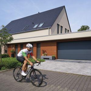 Każdy znajdzie z pewnością swój pomysł na wykorzystanie przestrzeni garażowej i wcale nie trzeba ograniczać się tylko do jednego rozwiązania, łącząc funkcjonalne z tym, co przyjemne – hobby. Fot. Hörmann