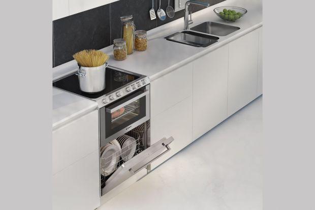 Zintegrowane urządzenia 3 w 1 łączące funkcje trzech niezbędnych sprzętów AGD w kuchni: płyty grzejnej, piekarnika i zmywarki, to doskonała rozwiązanie do małej kuchni. .
