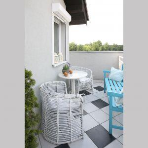 Na tym balkonie miejsc nie było za dużo. Przestrzeń jest także dość wąska. A jednak bez większych problemów udało się tu zmieścić fajne, proste w formie meble. Ława z niebieskim kolorze doskonale wpisuje się w czarno-białą stylistykę. Projekt: Magdalena Kwiatkowska. Fot. Bartosz Jarosz