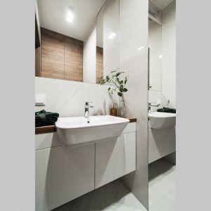 W toalecie, podobnie, jak w łazience zastosowano duże lustra, które optycznie powiększają przestrzeń. Pracownia KODO Projekty i Realizacje