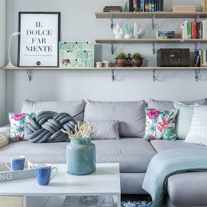Liczne półki pozwalają utrzymać porządek ( w IKEA znajdziesz podobne już za 49,99 zł za szt.). Projekt Justyna Mojżyk. Fot. Monika Filipiuk - Obałek