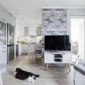 Otwarcie kuchni na salon powiększyło optycznie strefę dzienną. Projekt Justyna Mojżyk. Fot. Monika Filipiuk - Obałek