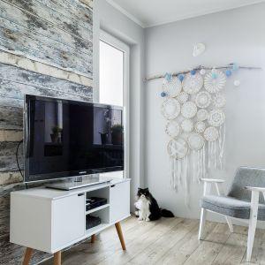 Właścicielka wykonała łapacz snów, będący ozdobą salonu, obrazki przy stole, położyła tapetę imitującą stare deski. Projekt Justyna Mojżyk. Fot. Monika Filipiuk - Obałek