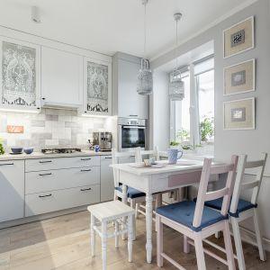 Dwupokojowe mieszkanie w starym budownictwie miało osobną kuchnię. Otwarcie jej na salon powiększyło optycznie strefę dzienną. Projekt Justyna Mojżyk. Fot. Monika Filipiuk - Obałek