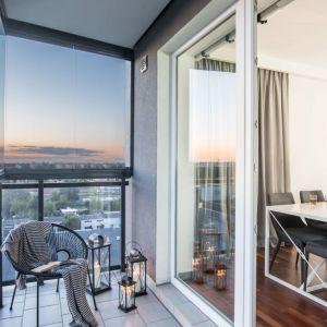 To bardzo prosty pomysł na aranżację balkonu: klimatyczne lampiony i wygodne krzesło. Projekt: Decoroom. Fot. Pion Poziom
