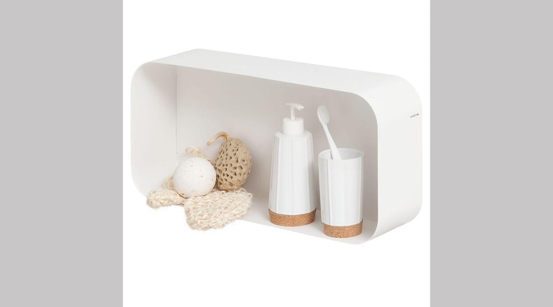 Linia akcesoriów z serii Sealskin Cork. Dozownik na mydło w płynie ok. 35 zł, kubek na szczoteczki ok. 33 zł. Fot. Coram DIY