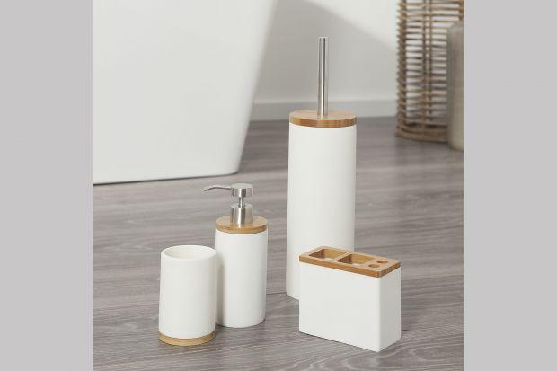 Porcelana w łazience to nie tylko armatura. To także piękne akcesoria, które będą idealnie pasowały do białej wanny czy umywalki zdelikatnym błyskiem.