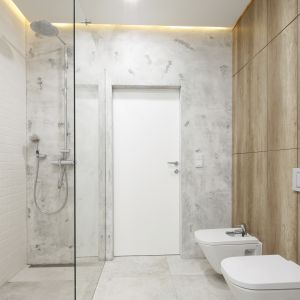 Prysznic bez brodzika. Dzięki niemu łazienka jest nowoczesna i spójna. Proj. Dariusz Grabowski. Fot. Bartosz Jarosz