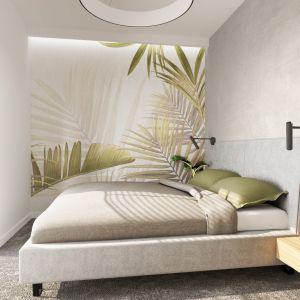 W sypialni jedną ze ścian zdobi delikatna tapeta w liście palm, która ładnie koresponduje z jasną paletą barw. Projekt: Marta Kilan, Anna Kapinos, Tomasz Słomka, Pracownia TOKA + HOME. Fot. Radosław Sobik
