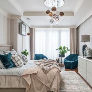 Ta sypialnia to królestwo ciepłych beży, przybrudzonych bieli i delikatnych szarości. Projekt Joanna Safranow. Fot. Fotomohito