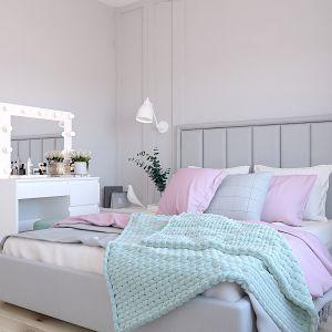 Sypialnia w pastelowych kolorach z wysokim tapicerowanym zagłówkiem. Projekt wnętrza: Katarzyna Czechowicz, Design Me Too