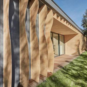 Rzeźbiarskość i wrażenie powiewnej lekkości architekci uzyskali dzięki drewnianemu detalowi. Projekt i zdjęcia: 81.WAW.PL