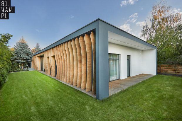 Najważniejszą cechą tego domu jest indywidualizm, wyrażany przez drewniane, falujące żyletki. Wyglądają niesamowicie! Nietypowa elewacja nie tylko osłania okna od słońca, ale zapewnia też prywatność właścicielom.<br /><br />