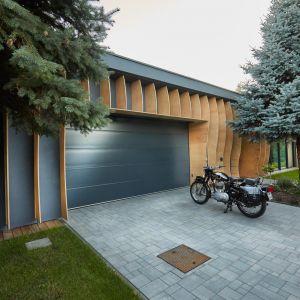 Budynek składa się z trzech części – dziennej oraz prywatnej, a także garażu z zapleczem technicznym. Projekt i zdjęcia: 81.WAW.PL