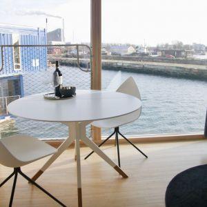 Pełne światła apartamenty oferują godny pozazdroszczenia widok na port, a także stylowe, wygodne i kompaktowe meble. Fot. BoConcept