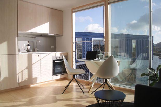 Kopenhaga w ciekawych sposób poradziła sobie ze zbyt małą ilością mieszkań dla studentów. Na terenie dawnego portu przemysłowego powstała pływająca wioska ze spiętrzonych, komfortowo wyposażonych kontenerów morskich.