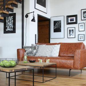Karmelowa, skórzana sofa podkreśla męski charakter wnętrza. Projekt właściciele. Fot. Bartosz Jarosz