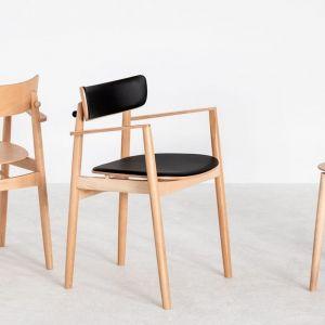 Drewniane krzesło Nopp. Projekt: BUCK.STUDIO. Kolekcja daje możliwość personalizacji kolorystycznej – rama, oparcie, siedzisko mogą mieć różny kolor. Od 525 zł, Fameg.