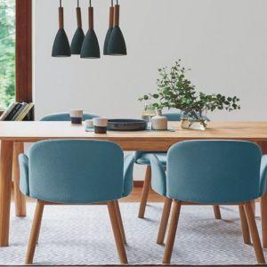 Tapicerowane krzesło April (Paged meble) zaprojektowane przez Nikodema Szpunara ze Studia Szpunar. Do wyboru różne podstawy: drewniane nogi w wersji dębowe lub podstawa metalowa. Od 932 zł, Paged/Euforma.pl