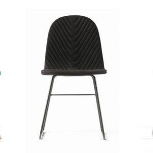 Krzesło Mannequin marki Iker. Możliwość wyboru spośród trzech rodzajów pikowanych siedzisk oraz trzech typów stelaża. Od 756 zł. Iker
